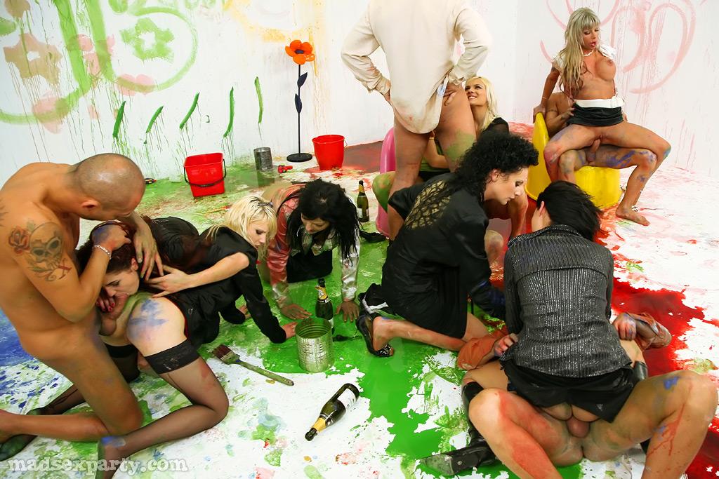 Художники облились краской и устроили оргию