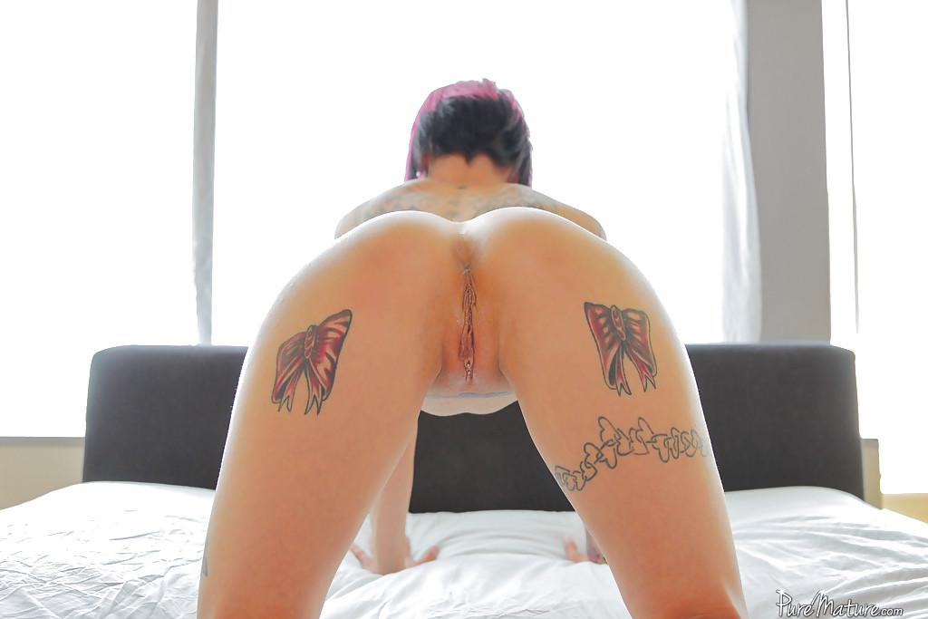 Неформалка Anna Bell Peaks светит татуировки и свои сиськи