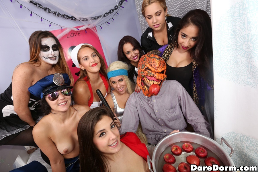Студенты отрываются на возбужденной вечеринке