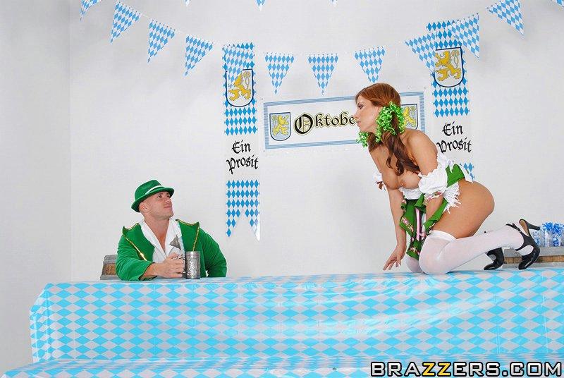 Немец имеет разносчицу пива своим длинным пенисом