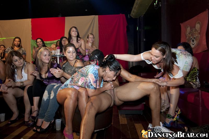 Стриптизеры дают пососать девушкам на пати