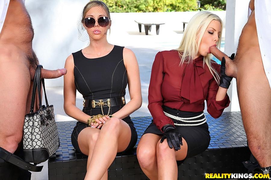 Гламурные блондинки трахаются с любовниками на веранде у дома