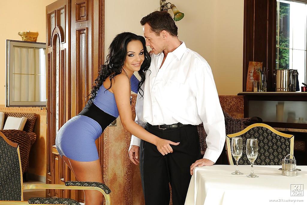 Красотка Angelina Wild поебалась с официантом в кафе