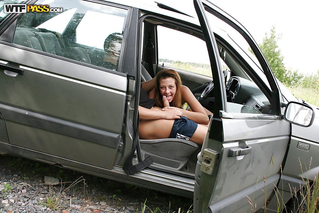 Рыжую леди пялит водитель в салоне автомобиля