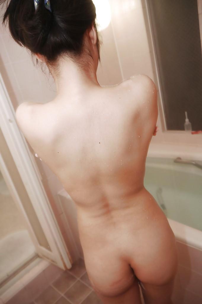 Худая японка Riko Kariya моется под душем