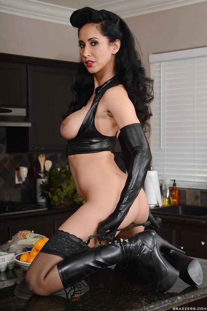 Уборщица Isis Love готовит на кухне и снимает нижнее белье смотреть эротику