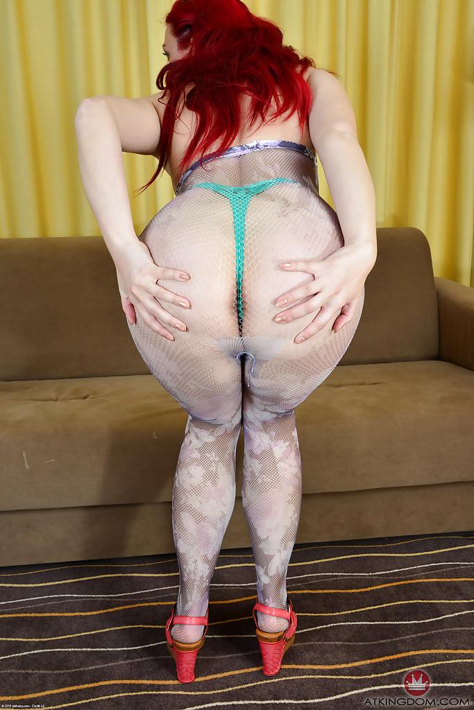 Рыжуха светит волосатый лобок секс фото