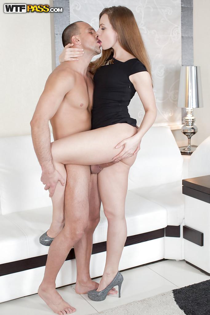 Партнер попользовался пилоткой и анальным сексом брюнетки