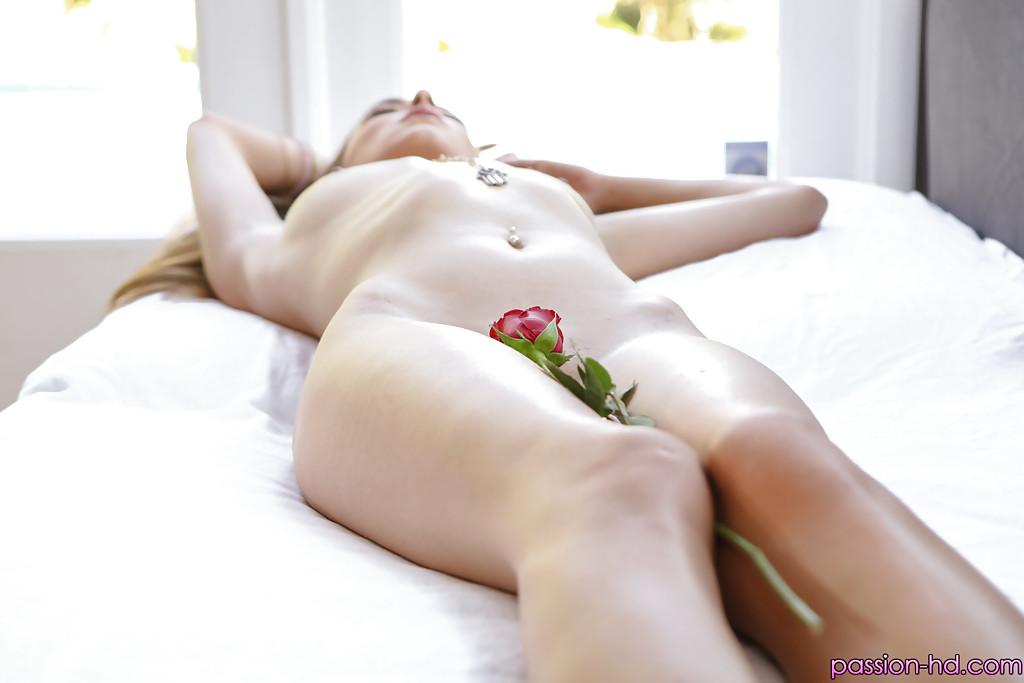 Нагая красавица Victoria Rae Black фотографируется с розами