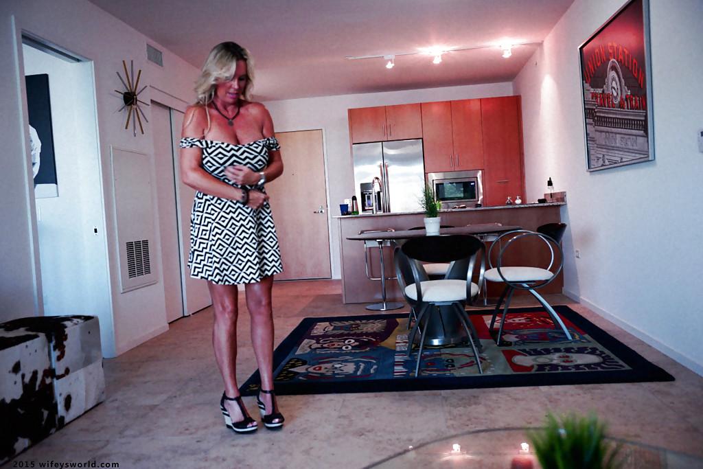 Титястая женушка Sandra Otterson подняла платье и показала прелести