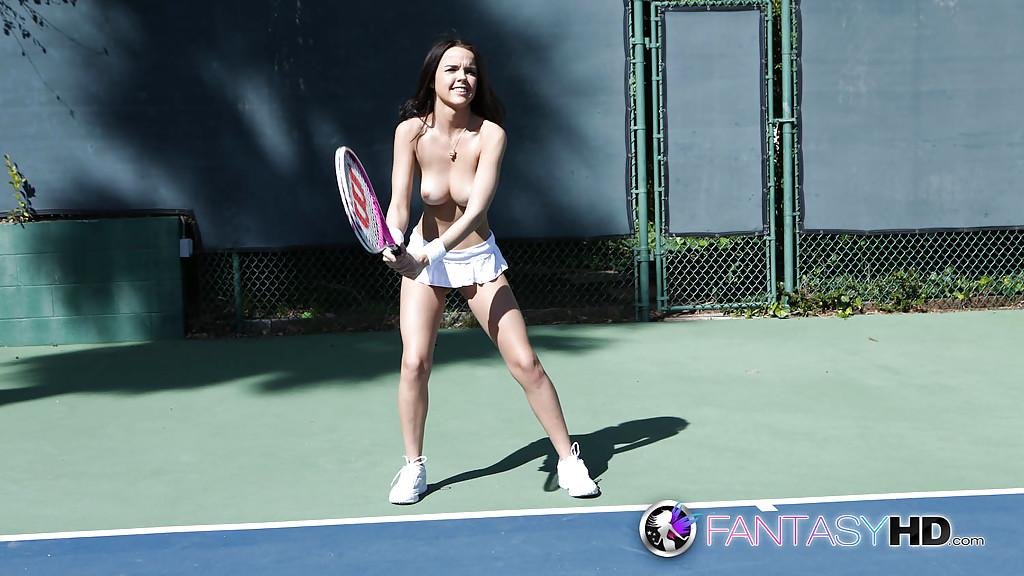 Теннисистка Dillion Harper тренируется с обнаженными буферами и без стрингов