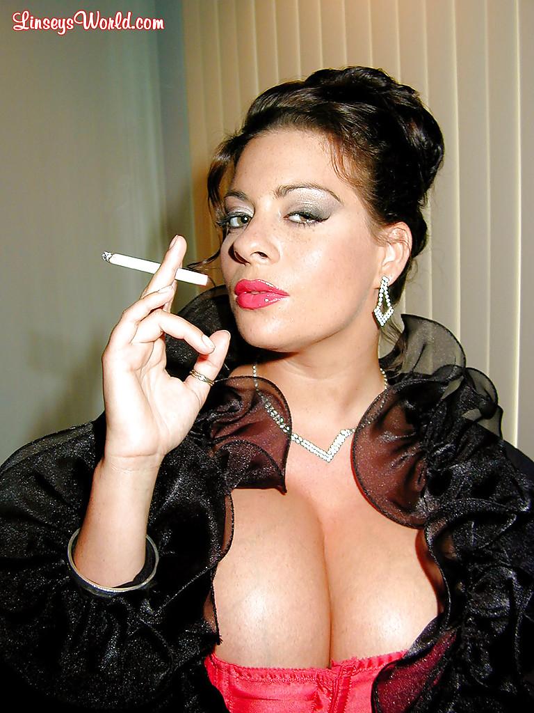 Курящая жируха фоткается в пошлом костюме