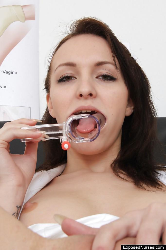 Медсестра раскрыла влагалище гинекологическим зеркалом смотреть эротику