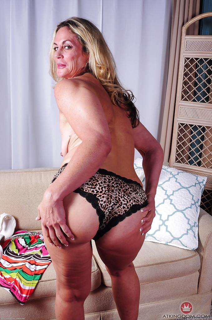 Взрослая леди снимает нижнее белье и показывает киску смотреть эротику