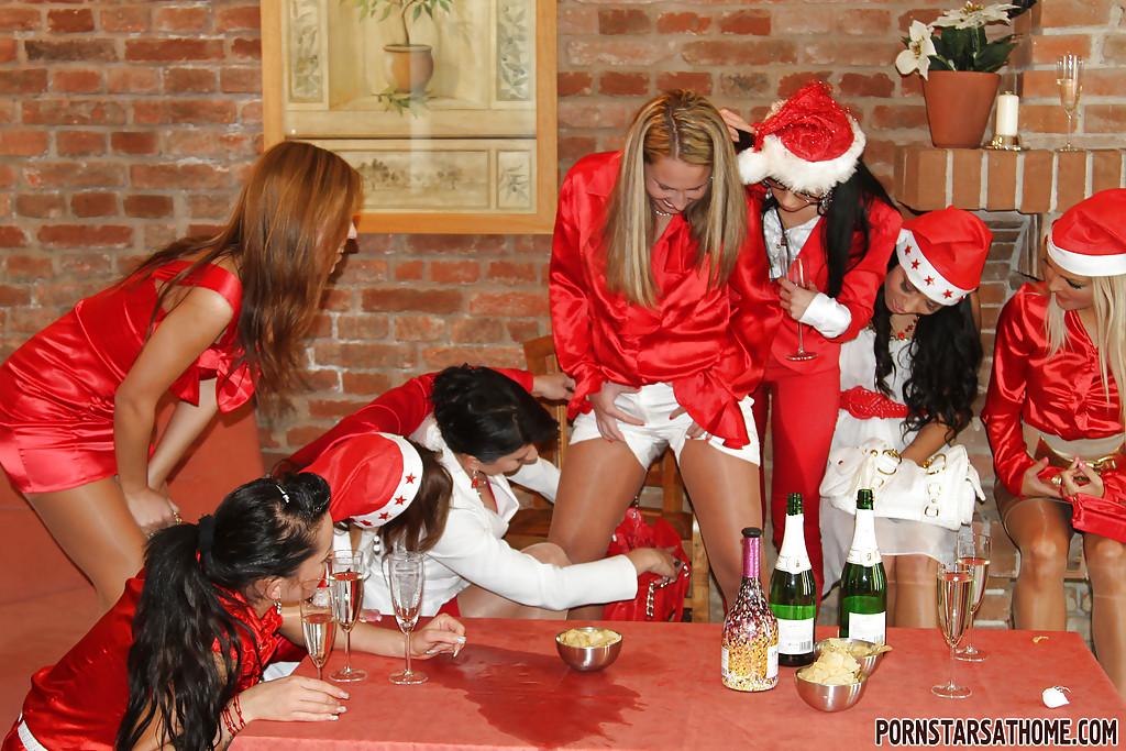 Извращенки занялись писсингом на новогодней вечеринке