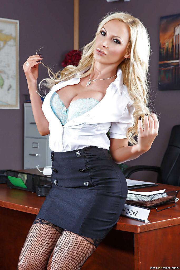 Руководительница компании Nikki Benz раздевается в своем кабинете