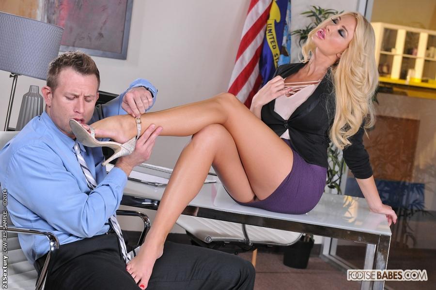 Футфетиш в офисе от возбужденной девушки Summer Brielle секс фото