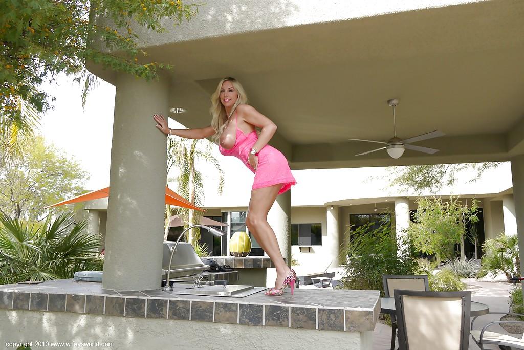 Домохозяйка снимает нижнее белье в респектабельном особняке