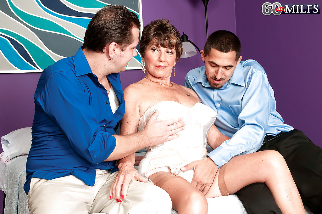 Ненасытная старуха отдается двум молодым факерам секс фото