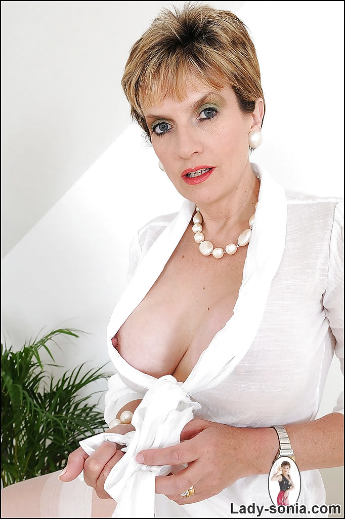 Зрелая блондинка снялась в эротической фотосессии