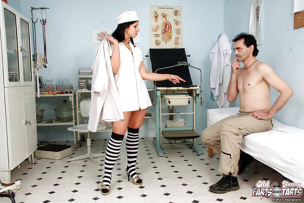 Игривая медсестра осмотрела пациента и перепихнулась с ним