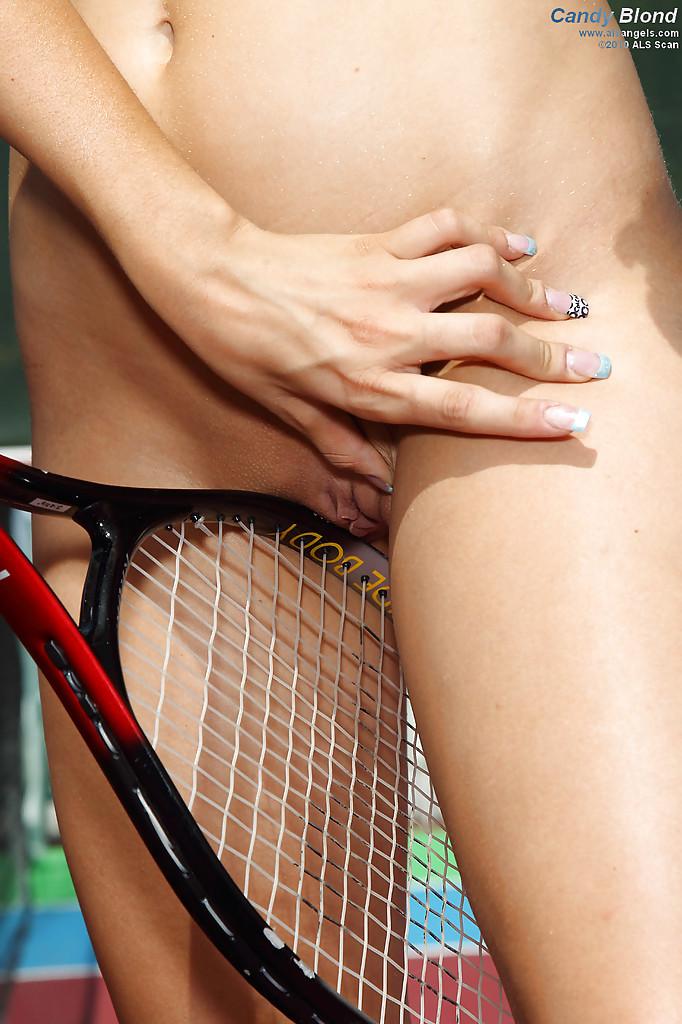 Теннисистки занимаются сексом на корте со страпоном