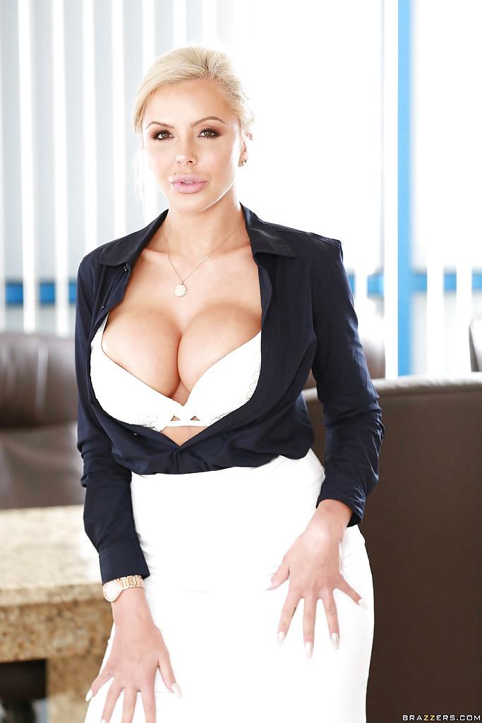 Офисная работница Nina Elle снимает костюм и нижнее белье