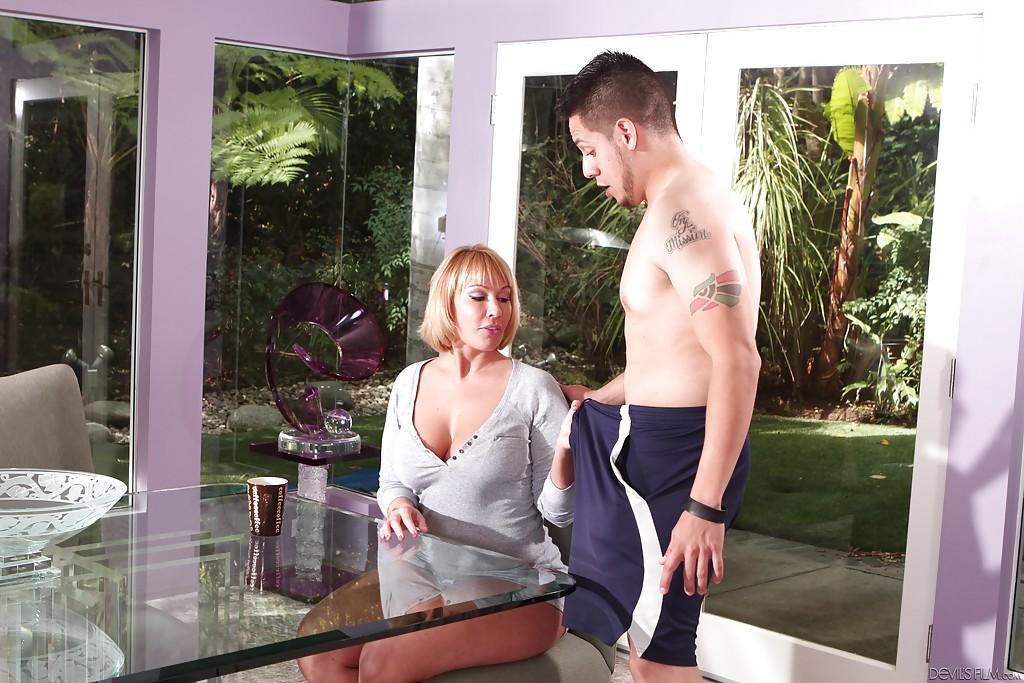 Мамочка Mellanie Monroe заглатывает большой член юного человека