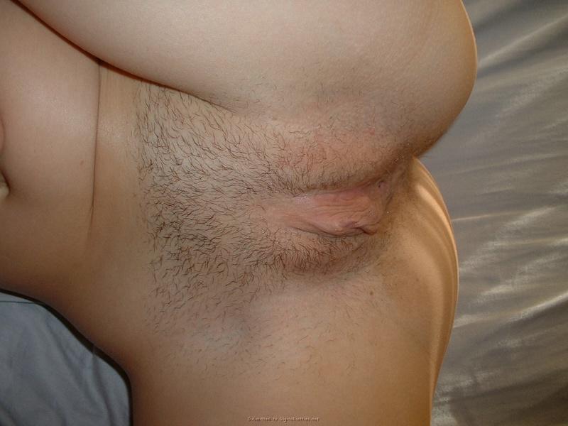 Очкастая сучка трахает себя вибратором на кровати