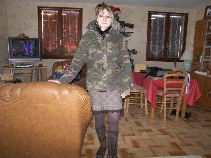 Бабеха в нижнем белье раздвинула ноги сидя на капоте