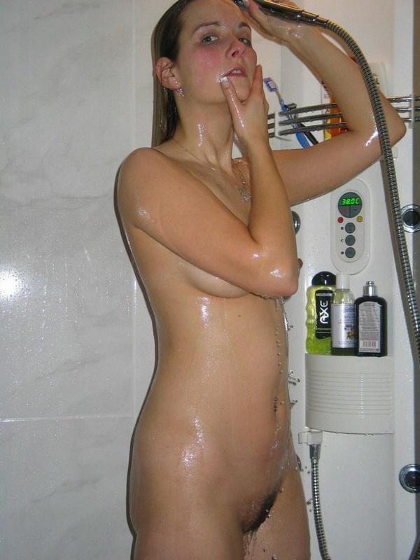 Раздетая проказница купается в ванной