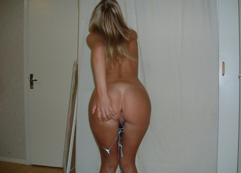 Блондинистая дама в домашних условиях сняла всю одежду