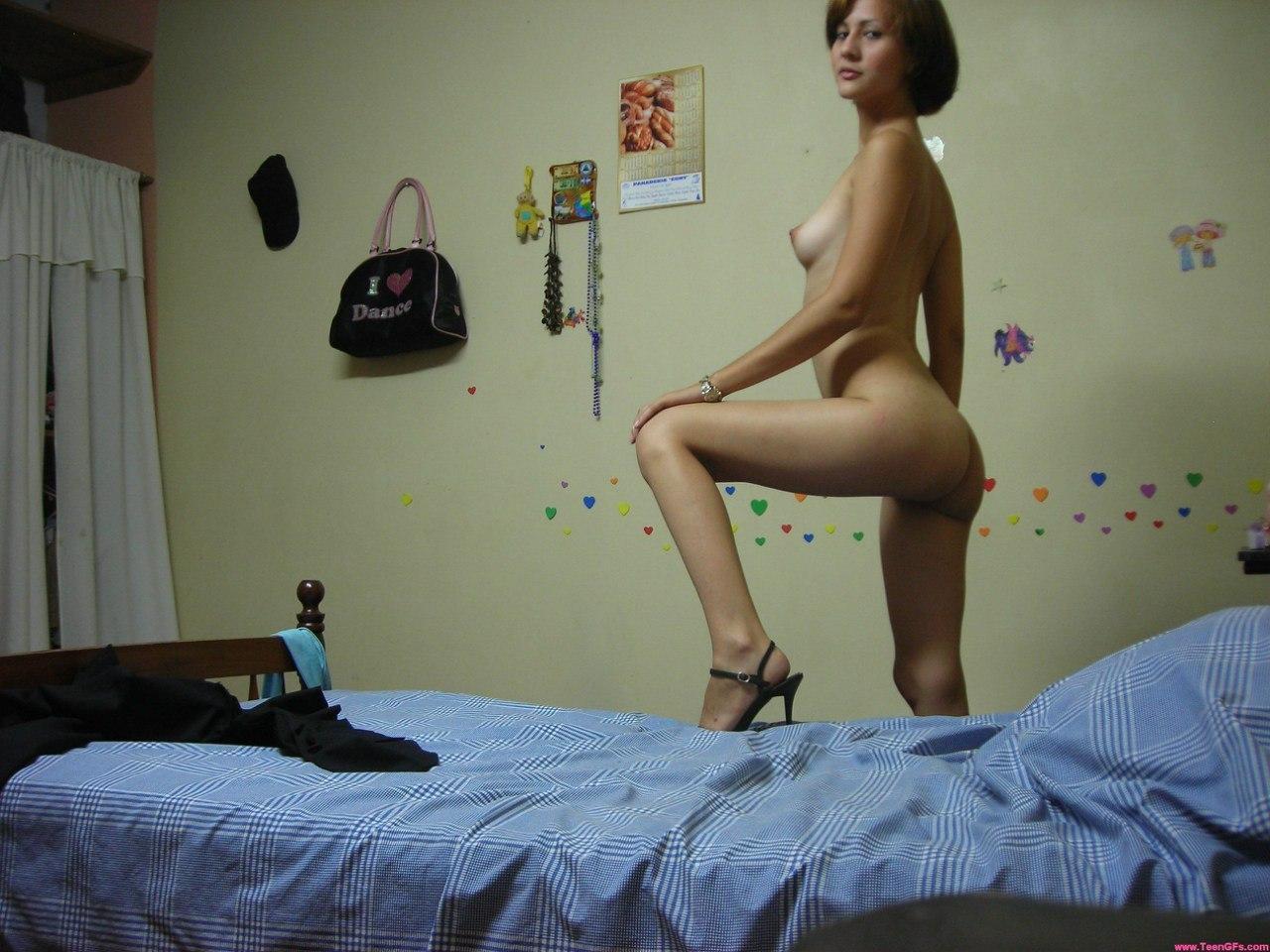 Стройная прелестница играет без трусов в своей спальне