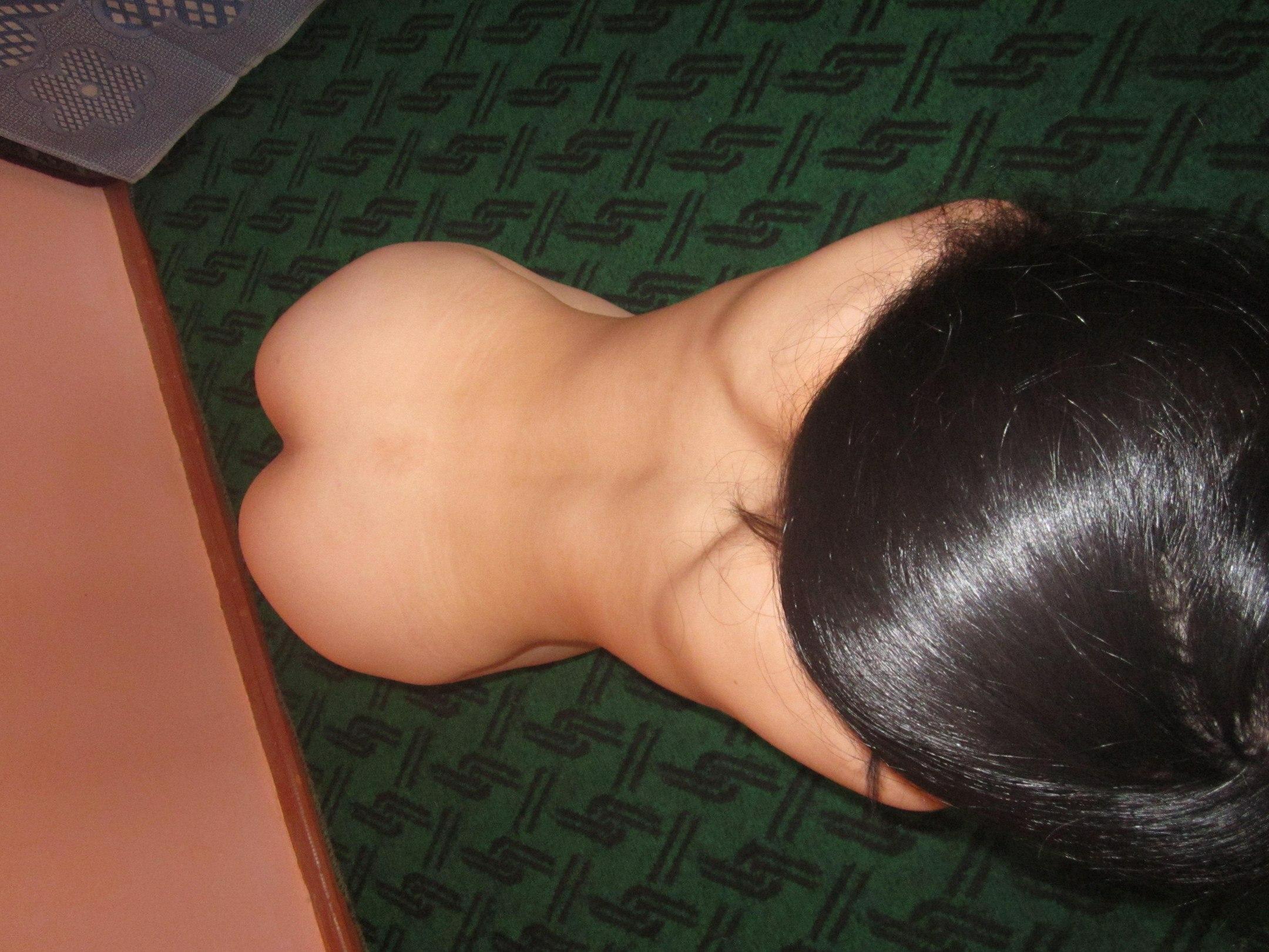 Брюнетка в трусиках выставляет на всеобщее обозрение задницу в постели