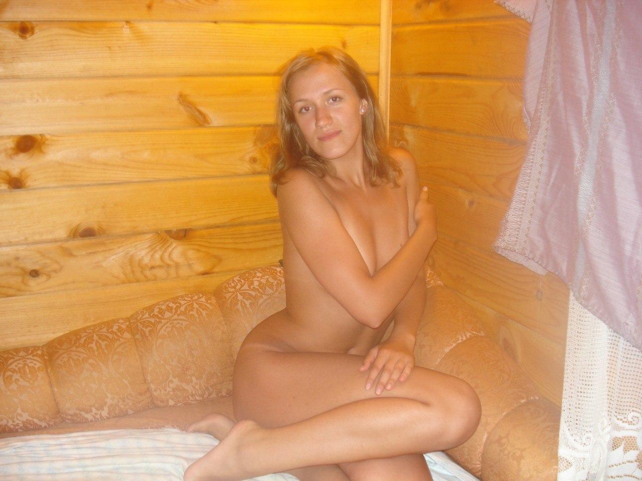 Голая профурсетка отдыхает в бане