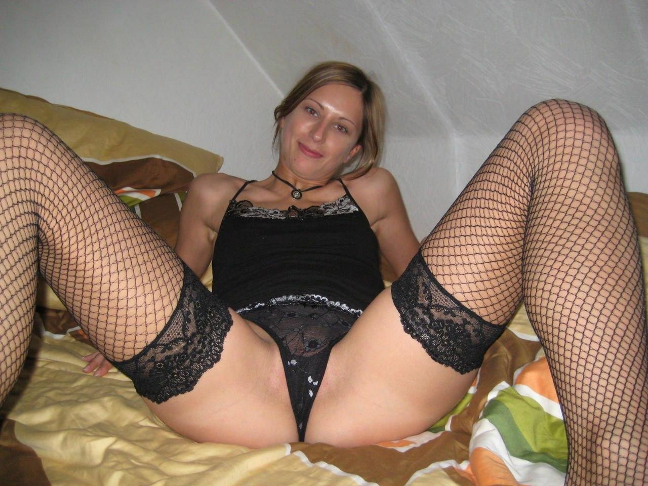 Нимфа с торчащими сиськами любит позировать в спальне