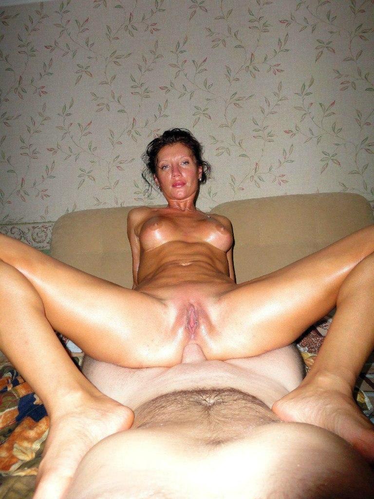 Матерая девка на кухне умело работает с челном секс фото