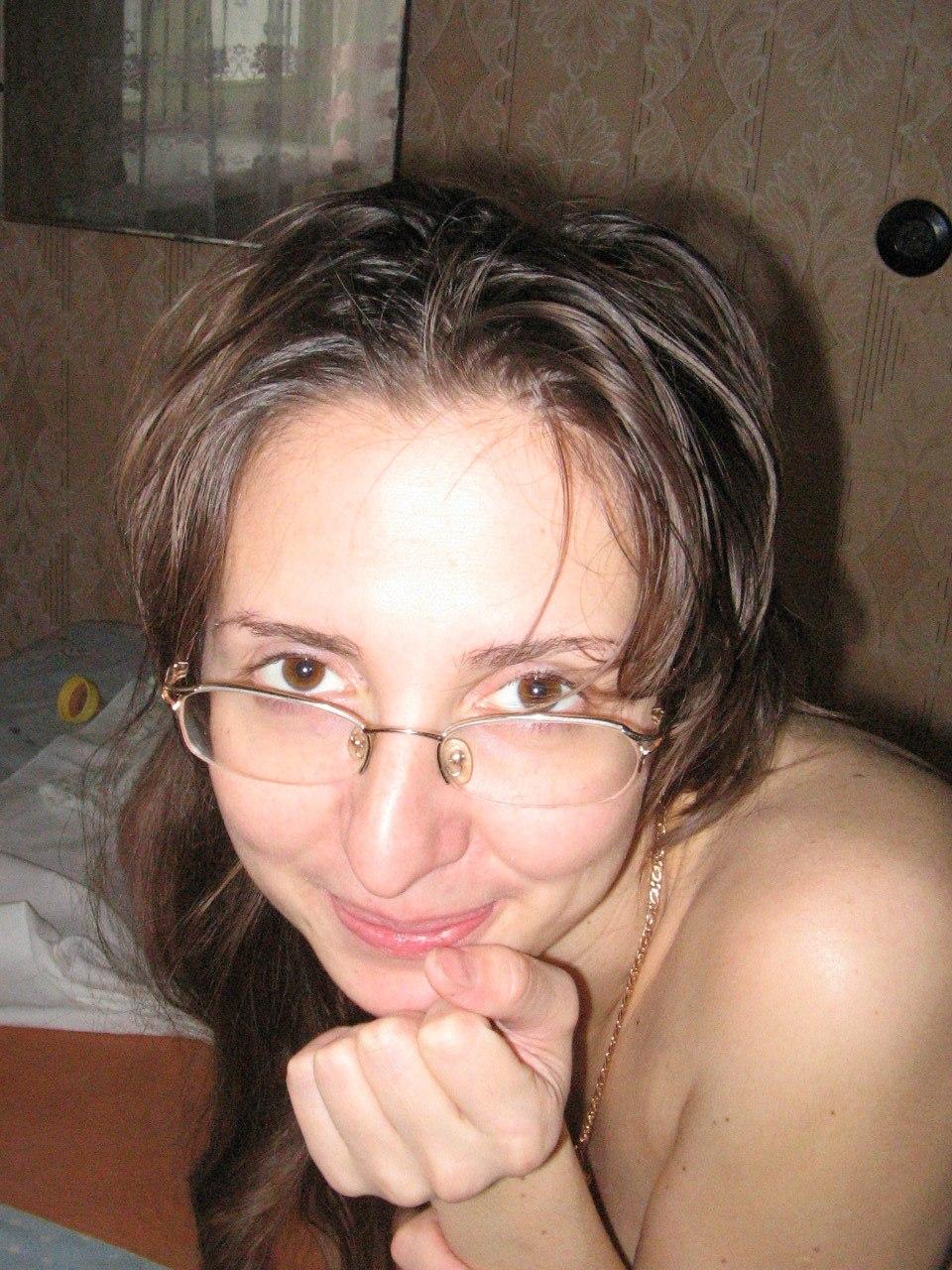 Девушка в черных чулках позирует на кровати