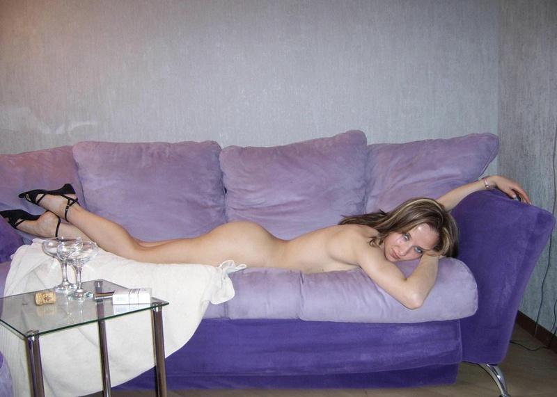 Искусница показывает киску лежа на сиреневом диване