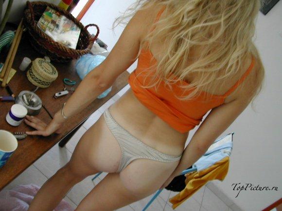 Молодая блондинка не прочь щеголять по дому в одних трусах