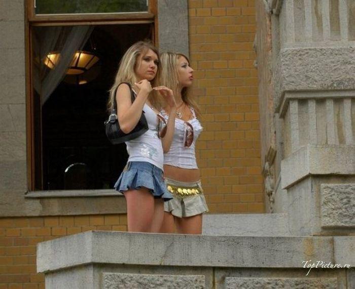 Хорошенькие девки всюду щеголяют в коротеньких юбках