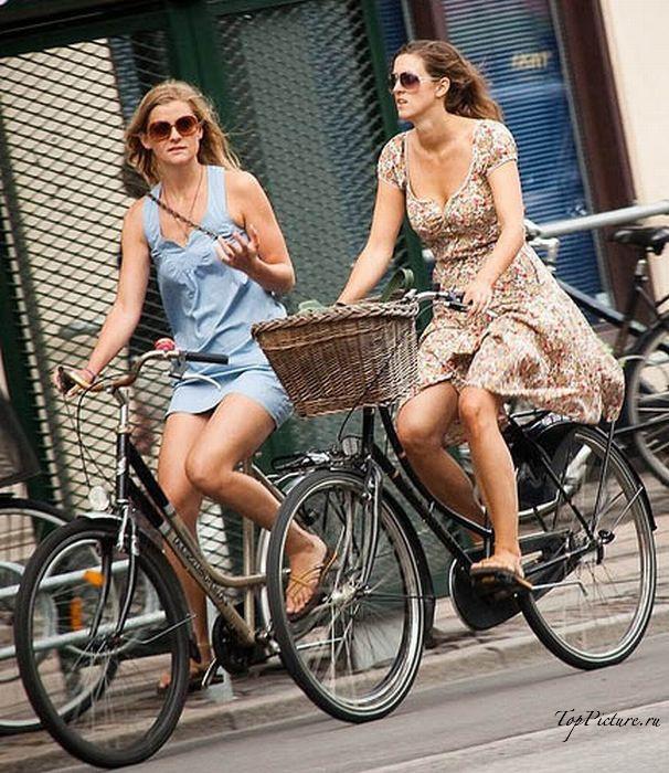 Возбужденные чики катаются на велосипеде в людных местах