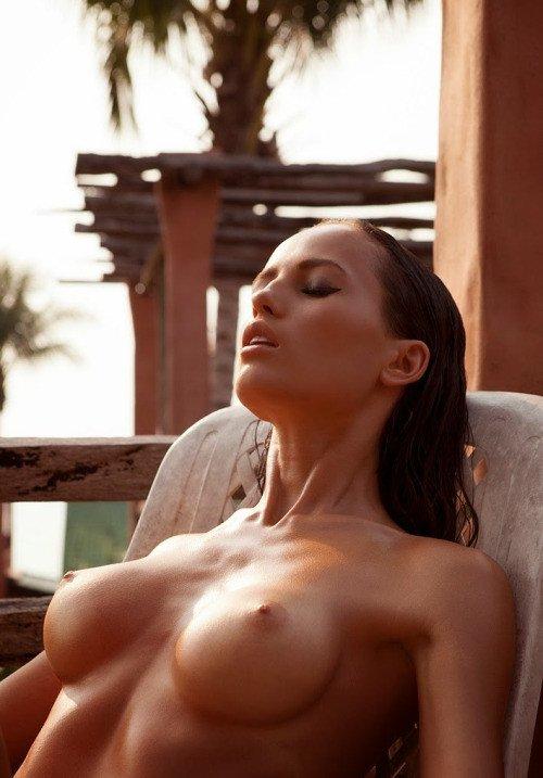 Страстные цыпочки охотно светят голыми дойками