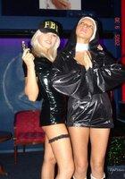 Стриптизерши в ночном клубе готовятся к рабочей смене 4 фотография