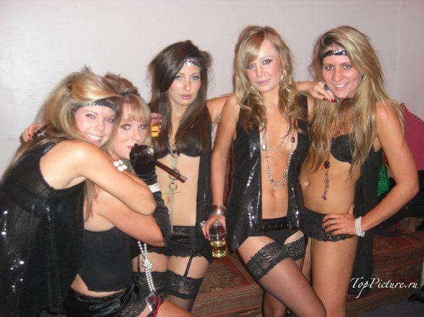 Выпившие топ-модели гуляют на вечеринках в обнаженном виде