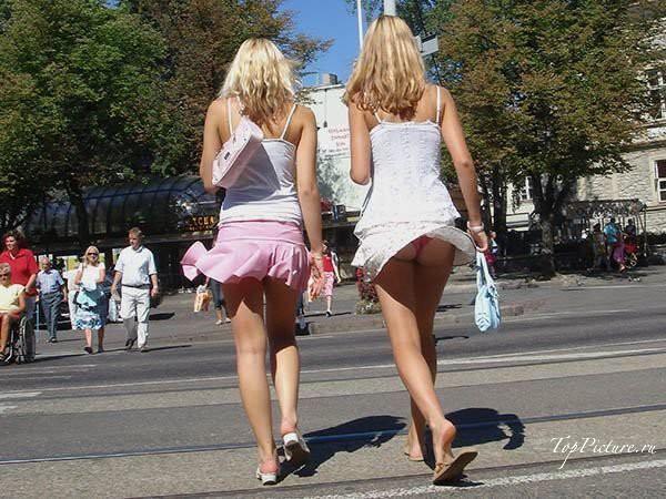 Тёлки ходят по улице в коротеньких юбках секс фото