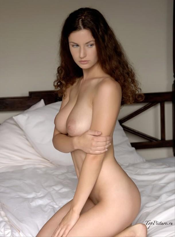 Страстные кокетки демонстрируют обнаженные груди