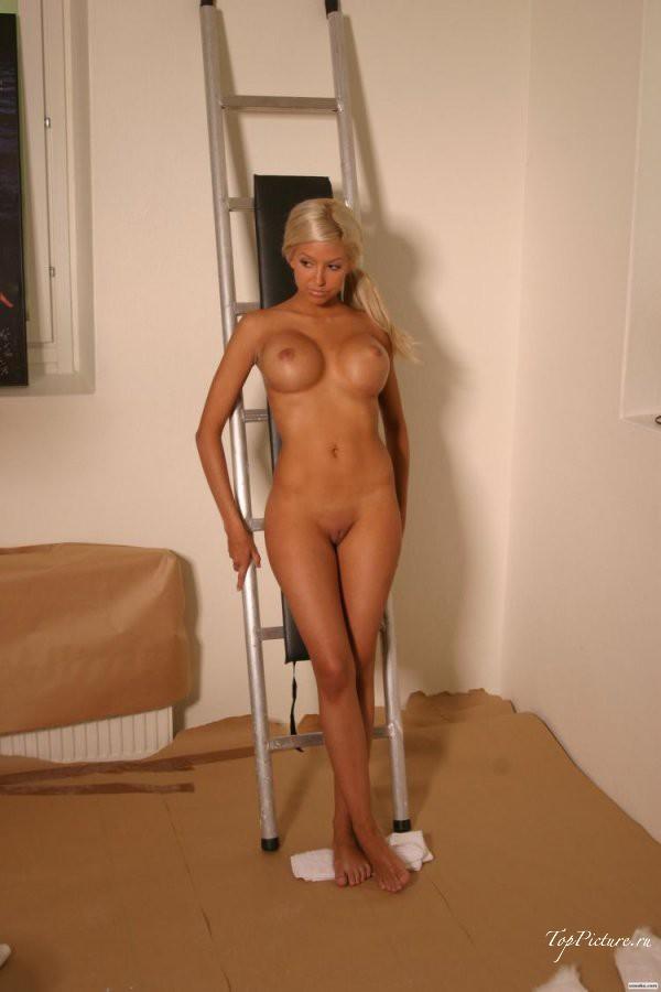 Возбужденные девки везде рады показать голые прелести