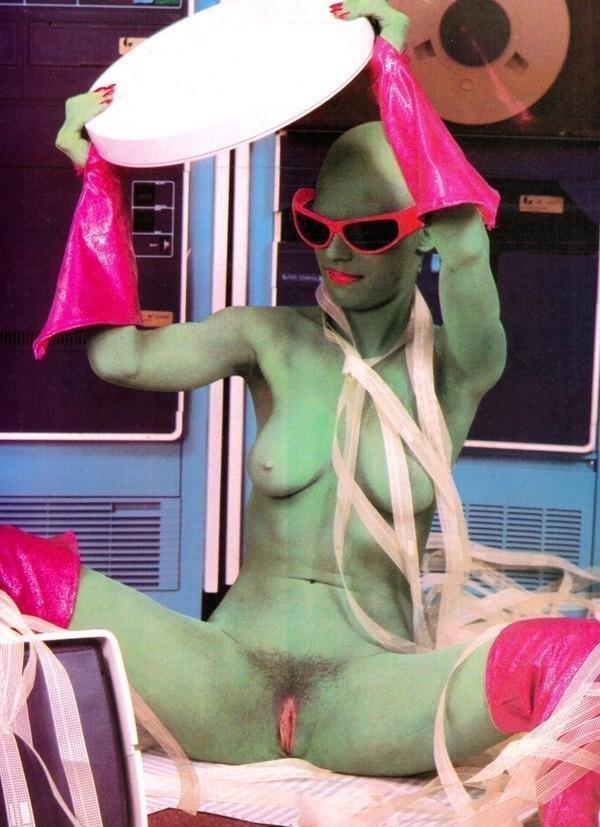 Соблазнительные нимфоманки готовы сниматься голышом в любой обстановке секс фото