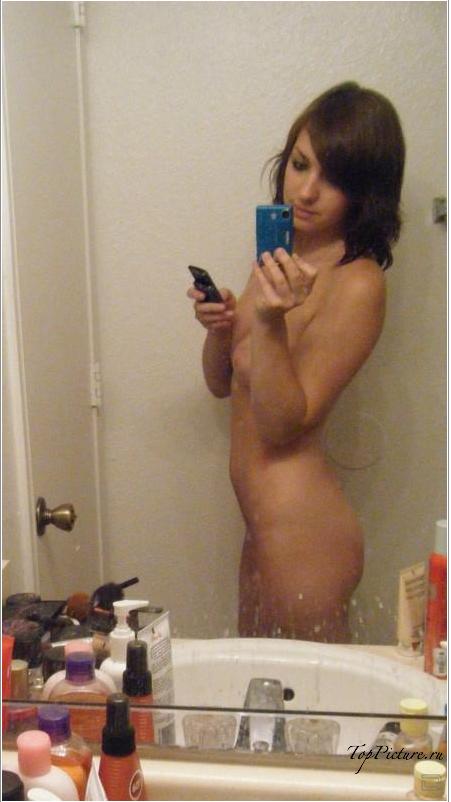 Девахи делают перед зеркалом эротические селфи